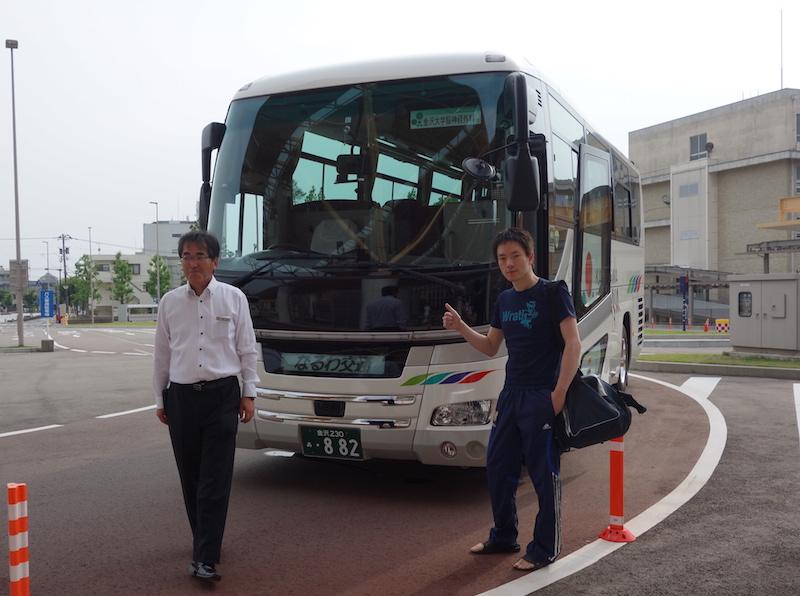 バスで球場に向かいます