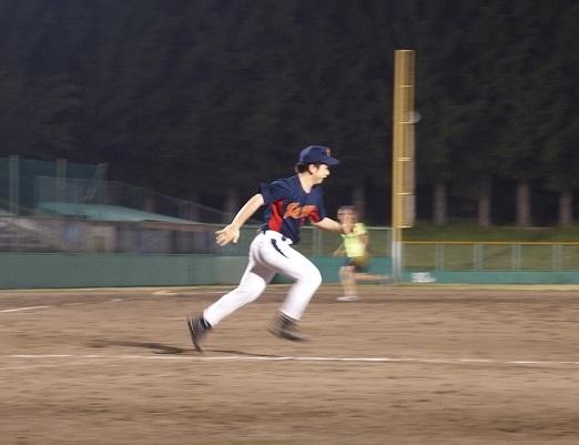 一塁へ大激走する宇野豪洋先生