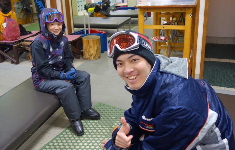 明らかにスノーボーダーの格好をしたスキーヤー中嶋先生